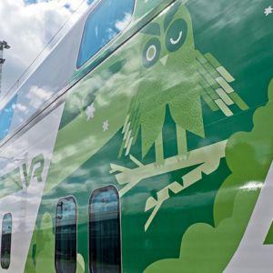 VR:n kaksikerroksinen Intercity-vaunu uusissa väreissä.