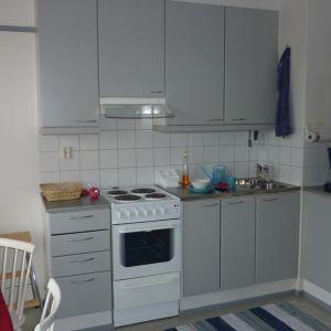 Opiskelija-asunnon keittiö Kuopion Pyöräkadulla.