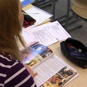 Opiskelija ruotsin kielen tunnilla.
