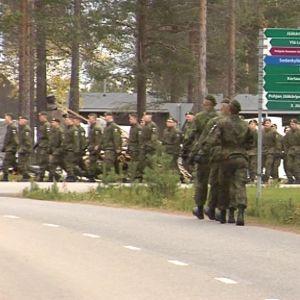 Sodankylän jääkäriprikaatin marssivia sotilaita