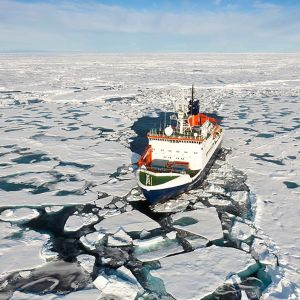 Tutkimusalus Polarstern Pohjoisella jäämerellä lähellä pohjoisnapaa.