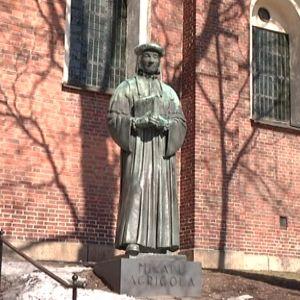 Mikael Agricolan patsaalle lasketaan seppele perjantaina 9.4.2010 eli Agricolan päivänä.