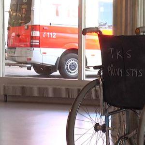 Pyörätuoleja päivystyksen aulassa.