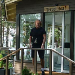 Danny kesämökkinsä terassilla Raumalla.