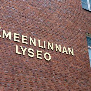 Hämeenlinnan Lyseo -teksti koulun seinällä