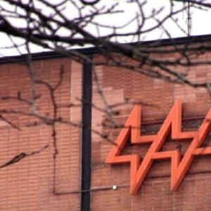 Helsingin Energian logo Hanasaaren voimalaitoksen tiiliseinässä.