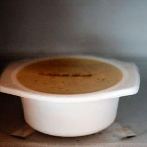 Muovinen mikroruoka-astia mikroaaltouunissa.