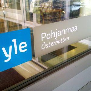 Kuvassa uudistunut Yle-logo ja tekstit pohjanmaa ja österbotten