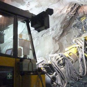 Pitkäreikäporakone Kemin Outokummun kaivoksen tunnelissa.