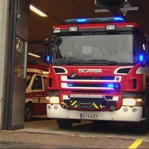 Paloauto lähtee hälytykselle Kuopion paloasemalla.