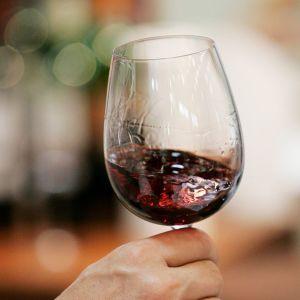 Viinilasi, jossa punaviiniä.