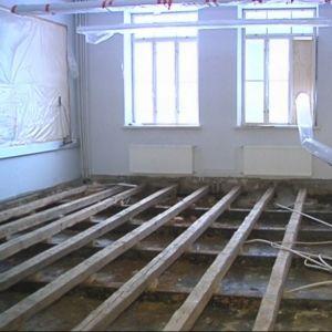 Päämajakoulun luokkahuoneen lattia on avattu tutkimuksia varten.