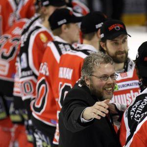 Urheilujohtaja Mika Toivola onnitteli suojattejaan.
