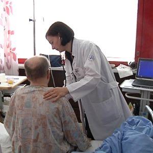 Kuvassa lääkäri kuuntelee potilaan rintaa stetoskoopilla