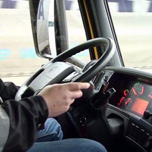 Kuljettaja ajaa rekkaa