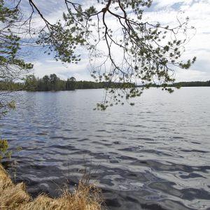 Kivijärvi sijaitsee Talvivaaran eteläpuolella.