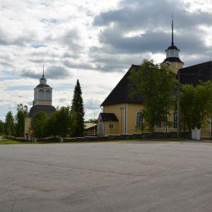 Kuvassa Lohtajan kirkko ja kellotapuli.