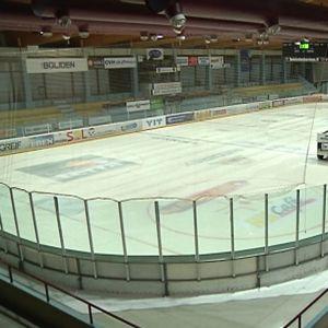 Jääkone ahkeroi Kokkolan jäähallissa.