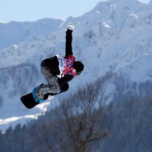 Peetu Piiroinen ilmassa slopestyle-kilpailussa.