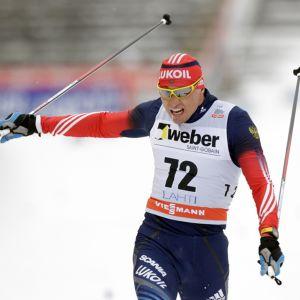 Aleksander Legkov saapuu maaliin hiihtokilpailussa.