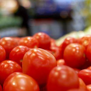 Tomaatteja kaupan vihannestiskillä.