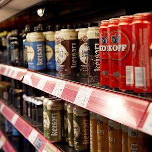 Oluttölkkejä kaupan hyllyssä.