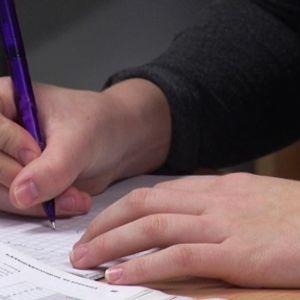 yhdeksäsluokkalainen imatralainen tyttö laskee matematiikan tehtäviä.