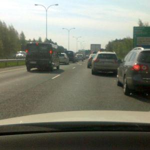 Liikenneruuhkaa Pohjantiellä Oulussa