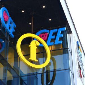IsoCeen ja Finnkinon logit kauppakeskuksen seinällä.