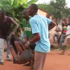 Loukkaantunutta miestä kannettiin auton lavalle iskun kohteeksi joutuneesta kirkosta Banguissa 28. toukokuuta.