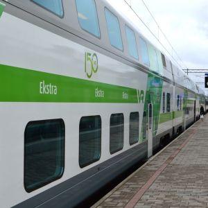 Intercity-juna rautatieasemalla.