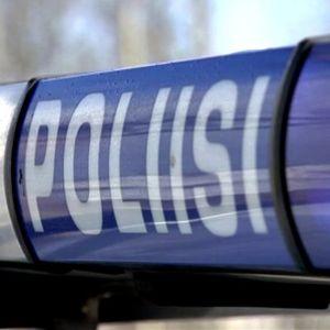 Poliisi -kyltti auton katolla.