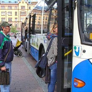 Matkustajia nousemassa bussiin Keskustorilla.