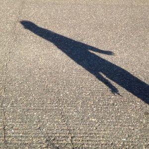Lapsen varjo asfaltilla