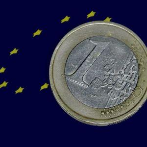 Kuvassa eurokolikko EU:n tähtilipun päällä.