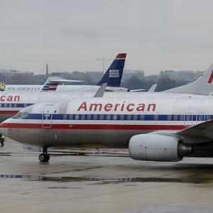 American Airlines -yhtiön lentokoneita lentokentällä.