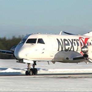 Juuri laskeutunut Nextjetin lentokone Kruunupyyn lentokentällä.