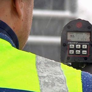 Poliisi valvoo autoilijoiden nopeuksia tutkan avulla.