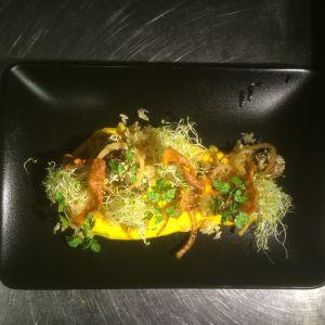 Ravintola-annos, jossa on porkkanaa, jauhelihaa, riisiä, sipulia ja ituja.
