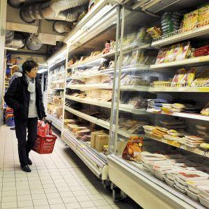 Asiakkaita ruokakaupassa Pariissa, Ranskassa.