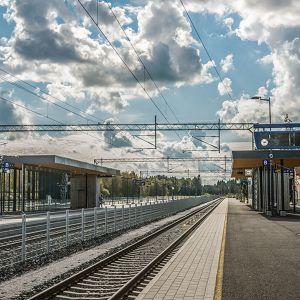 Kuvassa rautatietä Pännäisten kohdalla, katoksia etualalla. Asemarakennus näkyy taustalla.