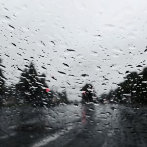Sade ropisee auton tuulilasiin.