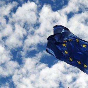 EU:n sinikeltainen tähtilippu.