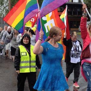 Kangasniemi Pride -tapahtuman järjestäjät Tarja Pölkki (oik.) ja Elina Partanen vetivät kulkuetta ympäri Kangasniemen keskustan.