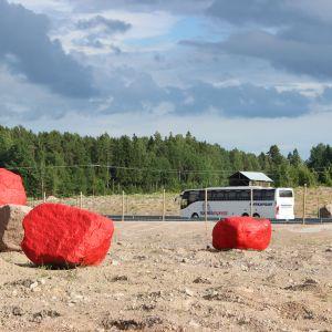 Kolme punaiseksi maalattua isoa kiveä moottoritien varrella Pyhtäällä
