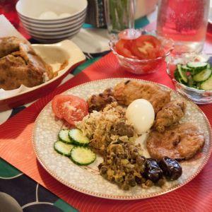 """Mustia papuja, friteerattua kanaa ja munakoisoa, kananmunia, herkkuriisiä ja taateleita sekä erilaisia makeita jälkiruokia. Ramadan - ateria on muslimien """"jouluruokaa""""."""