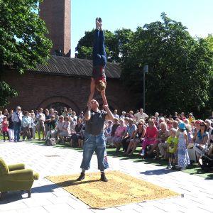 Akrobatiaesitys Teatterikesän avajaisissa.
