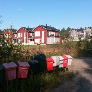 Oulun Virpiniemessä sijaitsee paljon vapaa-ajan asuntoja. Osassa asutaan vakituisesti