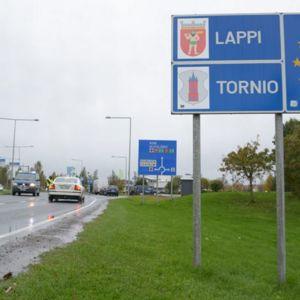 Kyltti valtakunnan rajalla Torniossa, taustalla tullin partioauto.