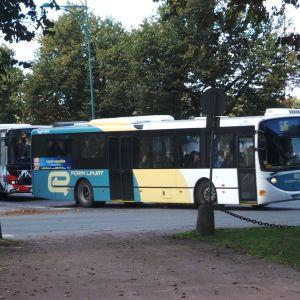 Porin Linjojen busseja kääntymässä, linja-auto, bussi, Porin Linjat